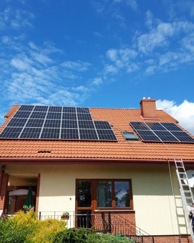 Instalacja fotowoltaiczna na dachu budynku